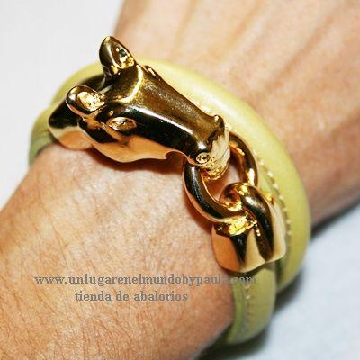 Pulsera con cuero natural con pieza de zamak baño dorado. Todos los materiales en nuestra tienda online.