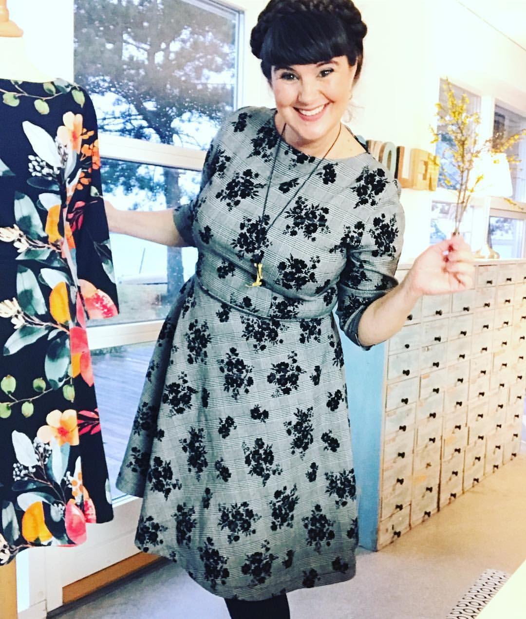 d6f0fe75 Dagens antrekk - kjole i rutete stoff med fløyelsblomster fra Tyglust.  Yndlingsmønster for tiden fra