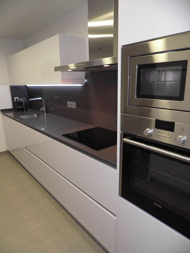 U ero lacado blanco con encimera silestone gris marengo for Encimera de cocina lacada en blanco negro