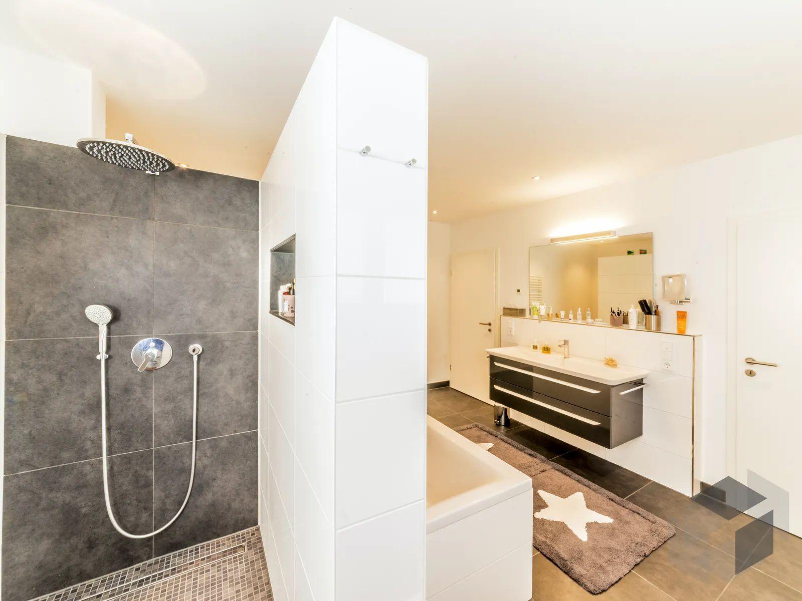 Modernes Badezimmer In 2020 Kubus Haus Badezimmer Innenausstattung Badezimmer