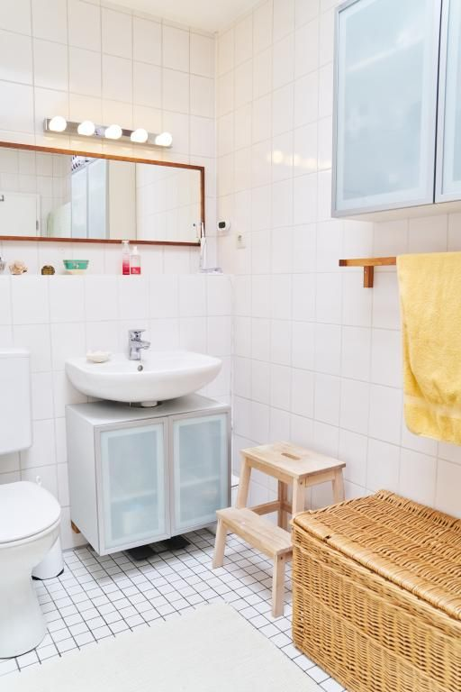 Schlicht Eingerichtetes Tageslichtbad Mit Weißen Fliesen. #Bad #Badezimmer  #Einrichtung #weiß #Fliesen