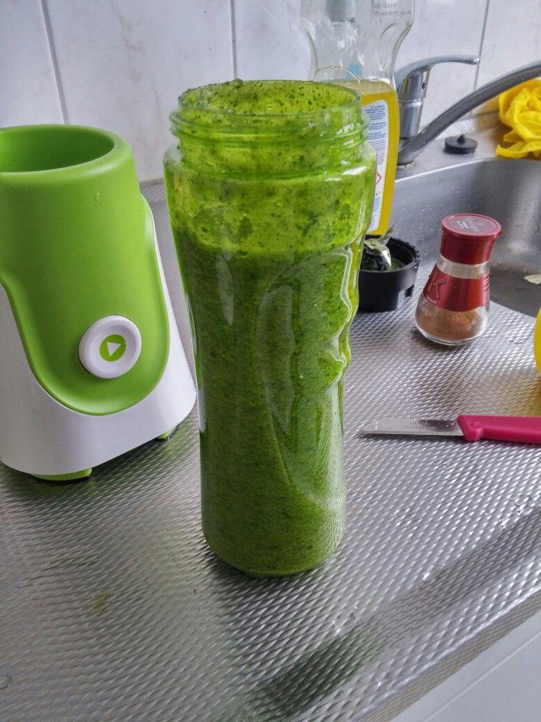Green smootie - spinazie, groene appel, komkommer, 1/4 citroen, troebele appelsap, kaneel