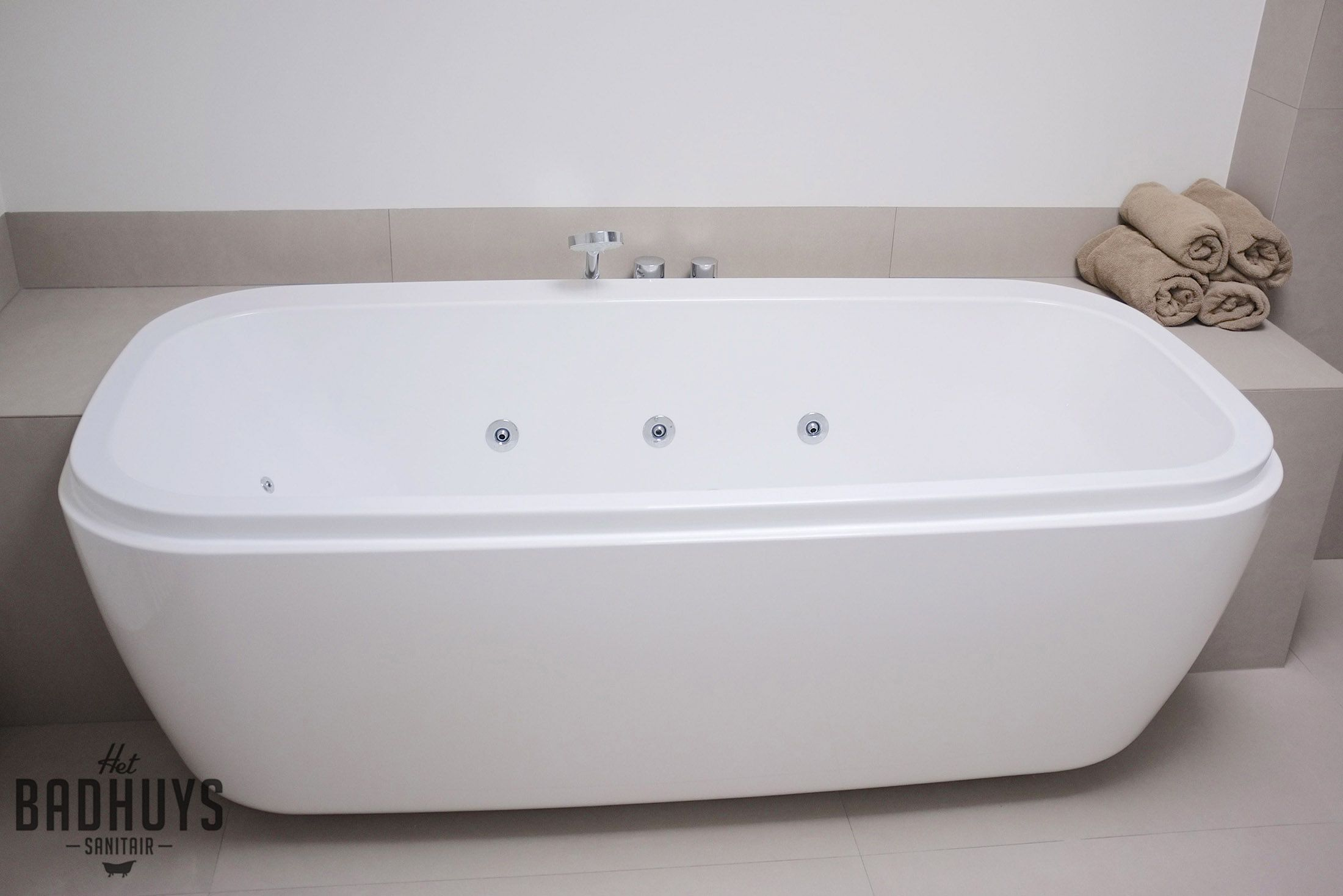 Cement Afwerking Badkamer : Design badkamer in micro cement en half ingebouwd bad het badhuys