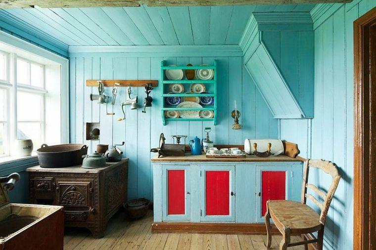 Colori Pareti Azzurro : Pareti soffitto e mobili azzurro pastello ante rosse e mensole
