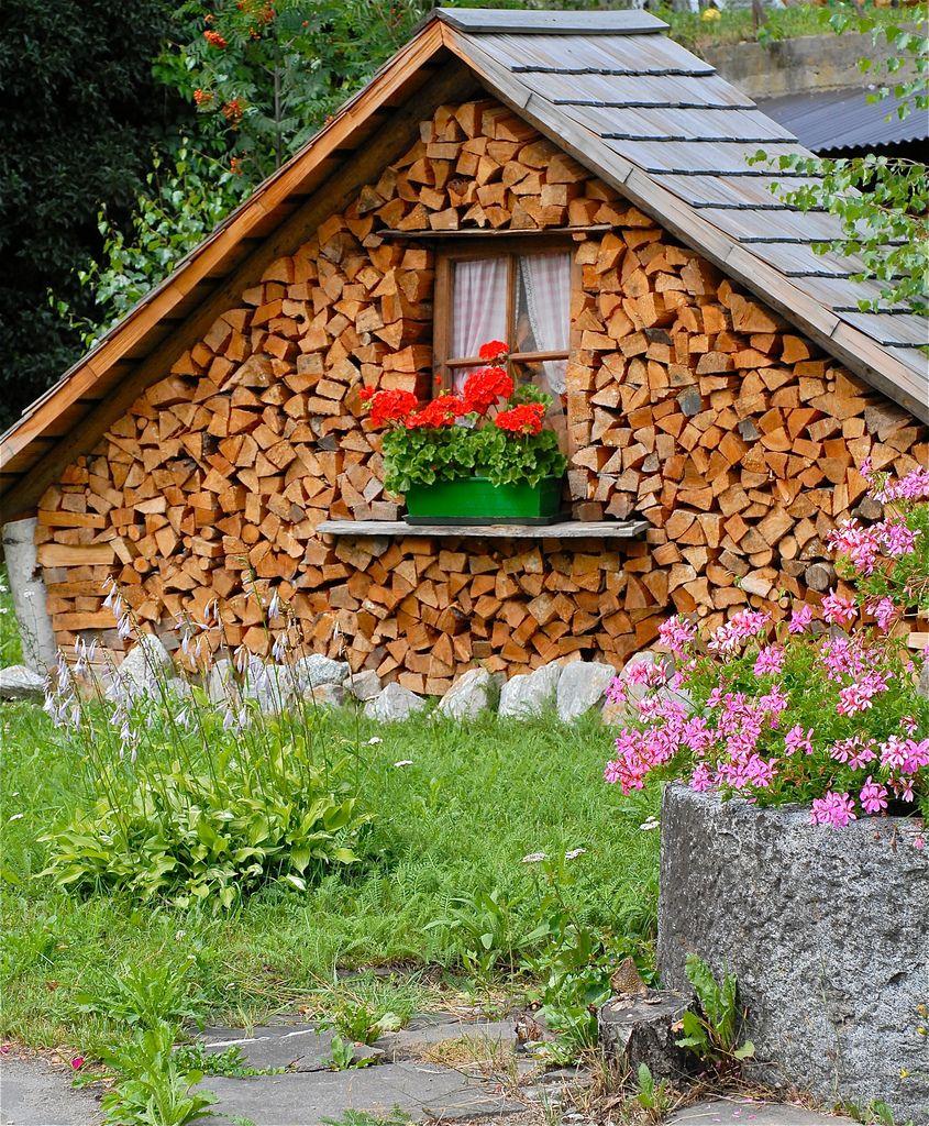 Firewood Included Holz Im Garten Holzwand Garten Hintergarten