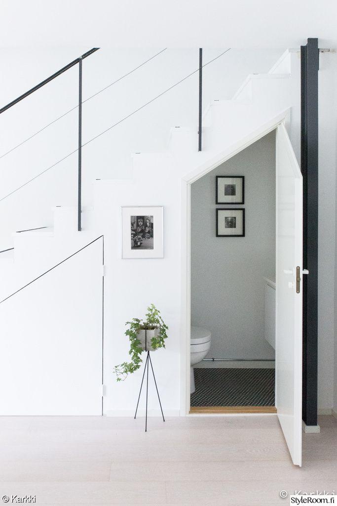 wc,portaikko,mosaiikkilaatta,säilytystila,olohuone,eteinen,valkoinen sisustus,valkoinen lattia,porraskaide