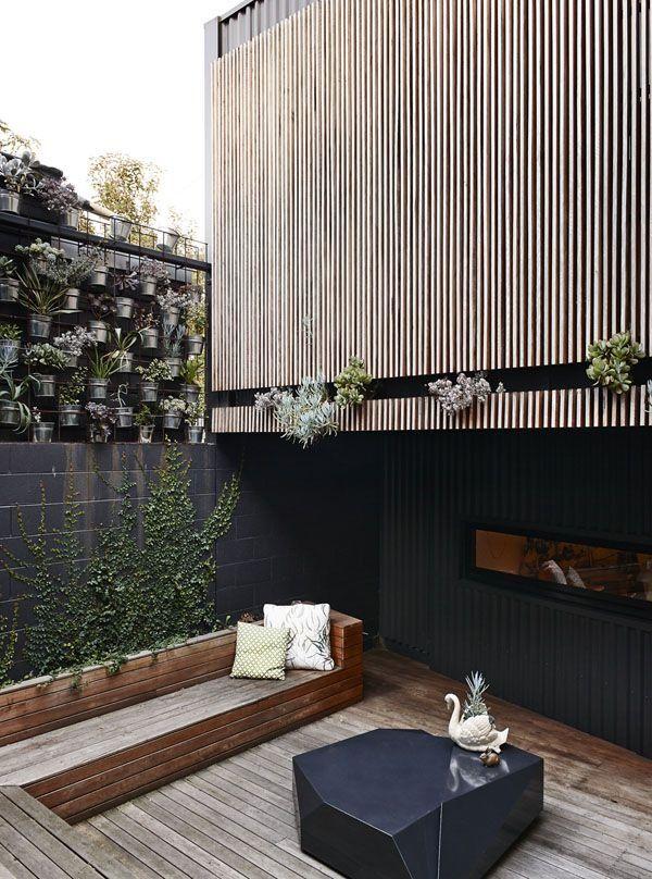 banca de madera para terraza-jardín y muro con macetas Ideal home