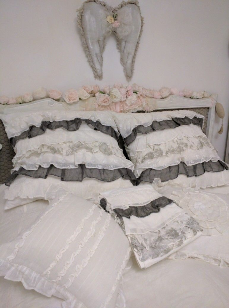 pingl par l 39 arr t deco sur coussins shabby et lins pinterest chambre romantique r ves. Black Bedroom Furniture Sets. Home Design Ideas