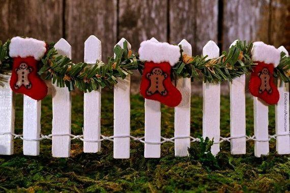 weißer Lattenzaun mit Girlande und Weihnachtsstrumpf  Fairy Garden   Enchanted Acorn Products  Miniatur weißer Lattenzaun mit Girlande und Weihnachtsstrumpf...