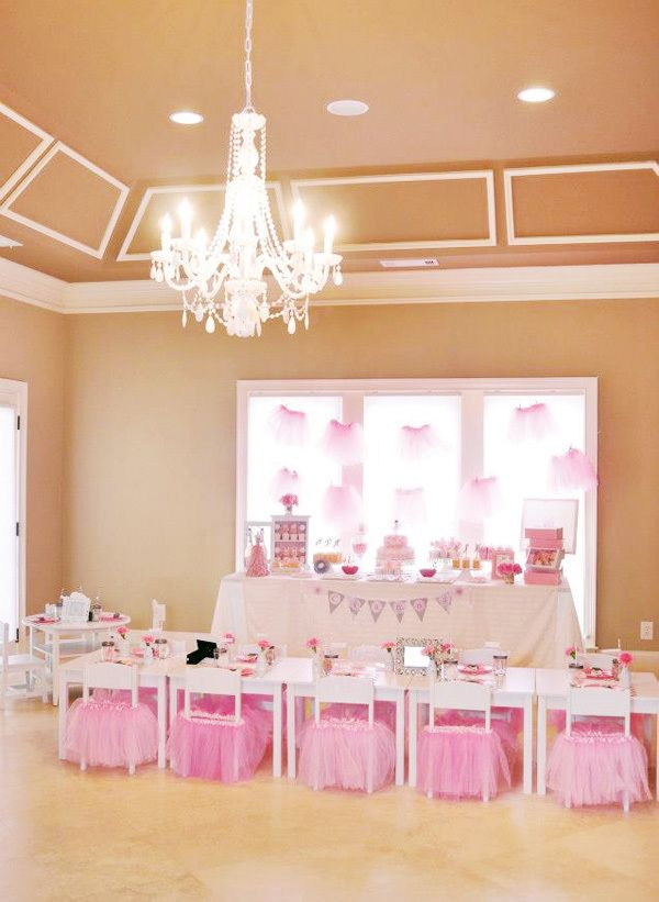 Love this ballerina setup for a girls birthday party! So much pink! <3 B