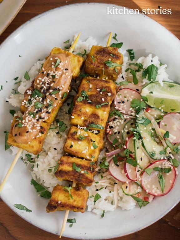 Tofu Saté mit Gurken-Radieschen-Salat und Reis | Rezept | Kitchen Stories
