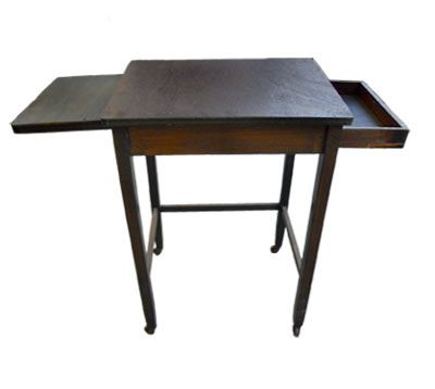 MESA SURPRESA - Mesa lateral de madeira com rodinhas. Gaveta e prancheta embutidas. Usada apoio secretária. Alt. 69 cm, Larg. 40 cm, Prof. 50 cm