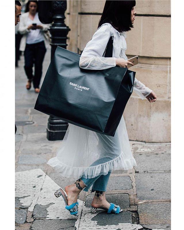 #pariscoutureweek Fall '17 @parisfashionweek | 📸 @garconjon @britishvogue  #streetstyle #streetfashion #fashion #blogger #fashionweek #paris #couture #hautecouture #parisfashionweek #coutureweek #fall17