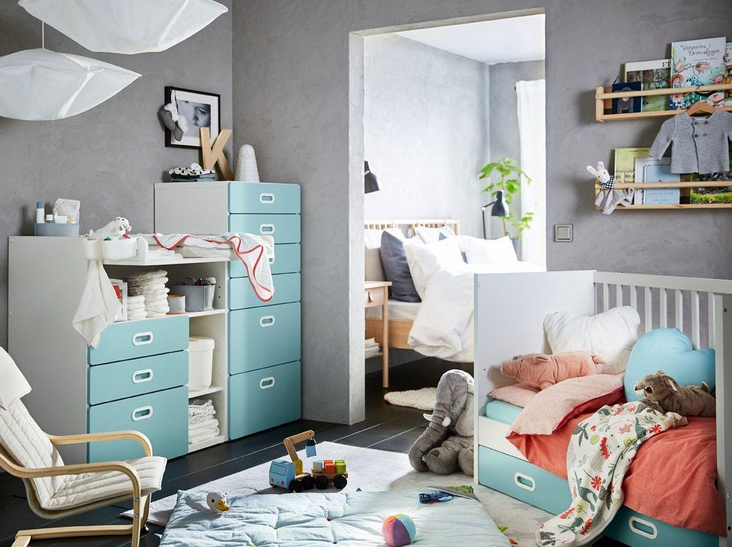 coin bébé en bleu, gris, rouge et blanc, avec table à langer