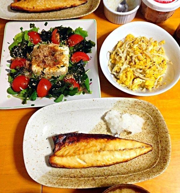 今日の晩ご飯は焼塩さば・豆腐とワカメのサラダ・もやしのふんわり卵とじ・キャベツと揚げの味噌汁・イカの塩辛 - 17件のもぐもぐ - 今日の晩ご飯 by fighterscurry