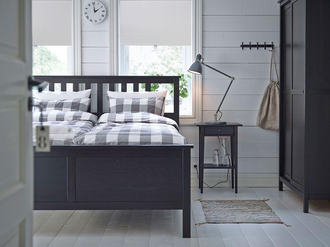 Ein Schlafzimmer mit HEMNES Bettgestell, HEMNES Ablagetisch und ...