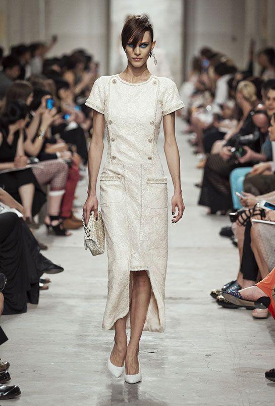 Inspiration mariage:  Chanel croisière 2014 http://www.vogue.fr/mariage/inspirations/diaporama/croisiere-en-blanc/16285/image/881507#!mariage-robe-de-mariee-inspiration-chanel-croisiere-2014