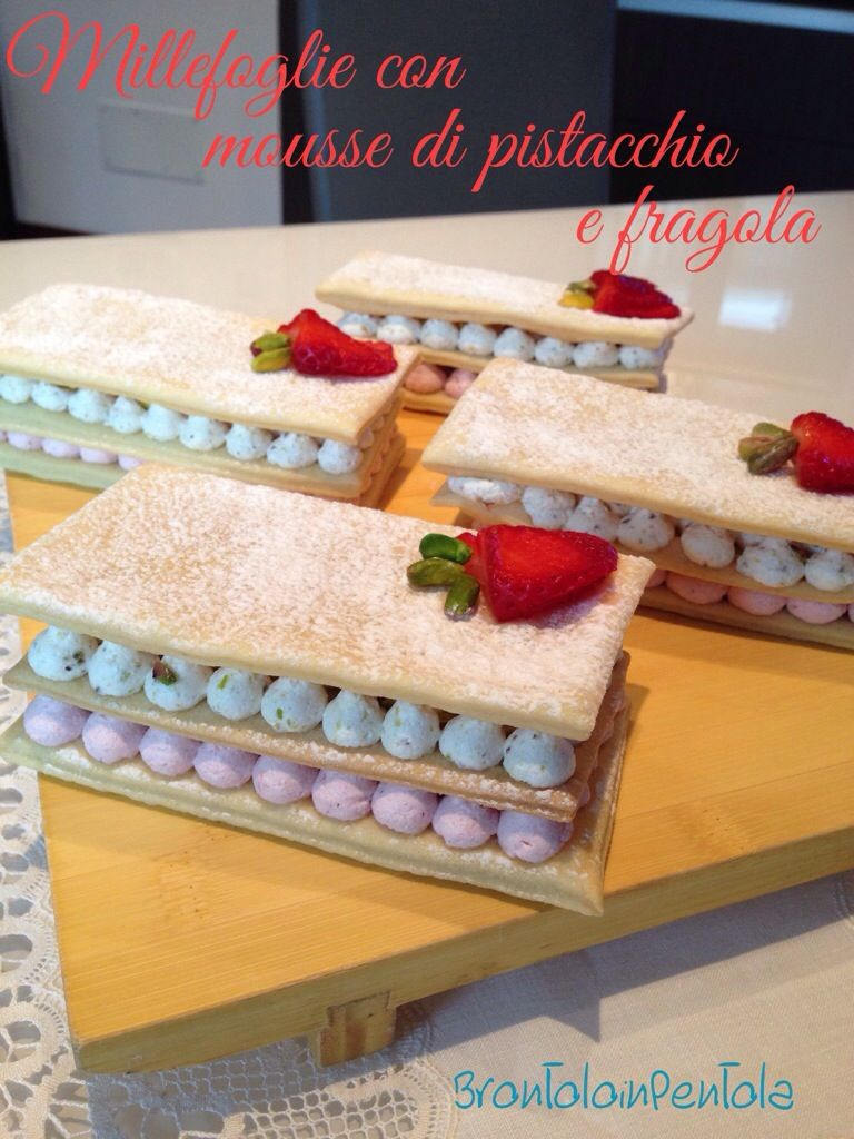 "Millefoglie con mousse di pistacchio e fragola. Dal Blog ""Brontolo in pentola"" http://brontoloinpentola.wordpress.com/2014/03/23/re-cake-6-millefoglie-con-mousse-di-pistacchio-e-fragola/"