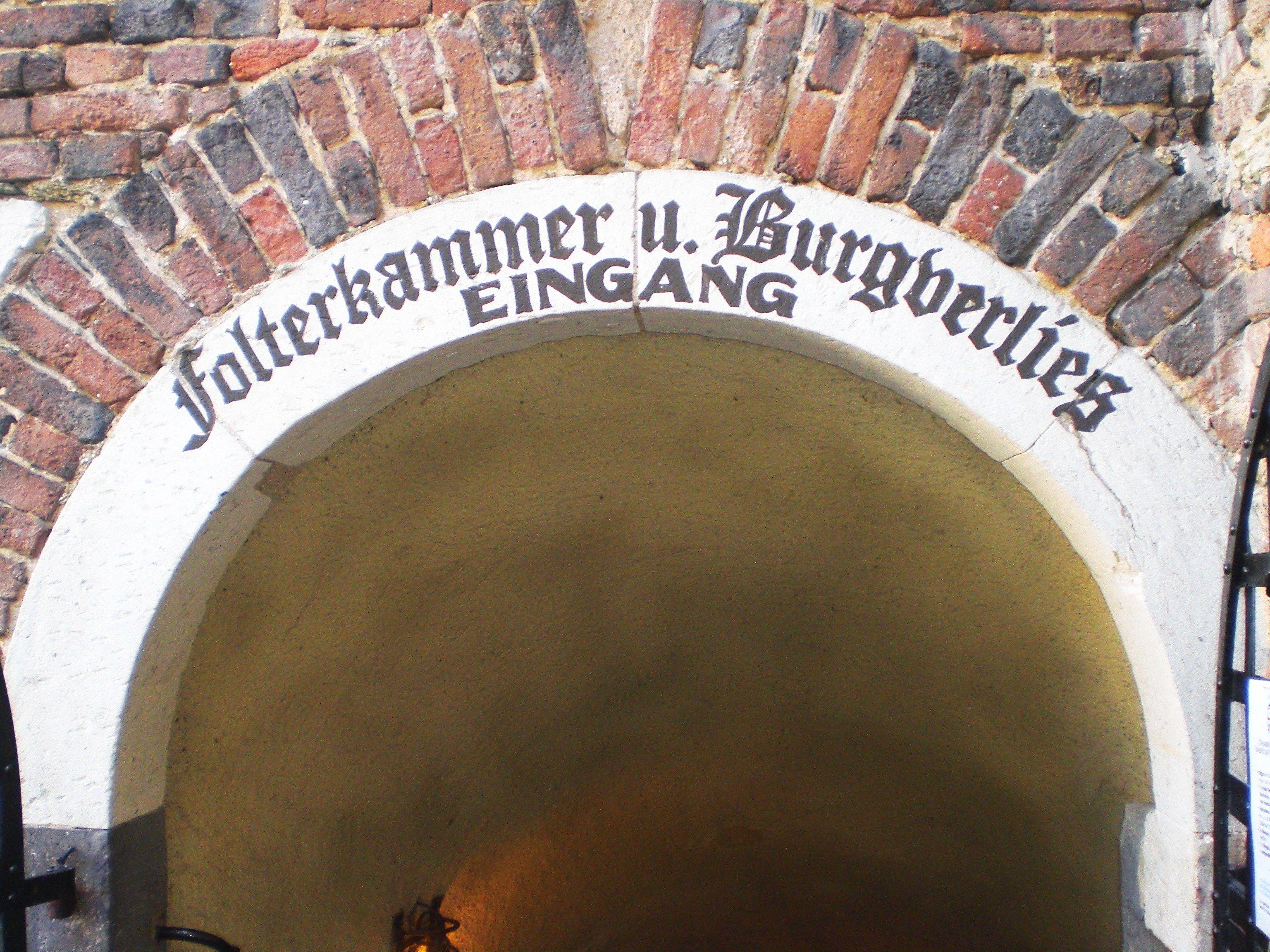 Eingang zur Folterkammer Burg Linz Linz am Rhein, Westerwald Entrace to the torture chamber
