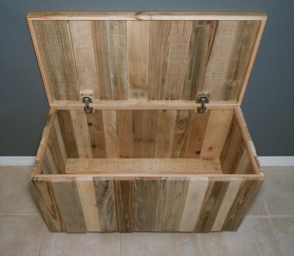 Diy hinged pallet chest with wheels 101 pallets free for Pallet wall on wheels
