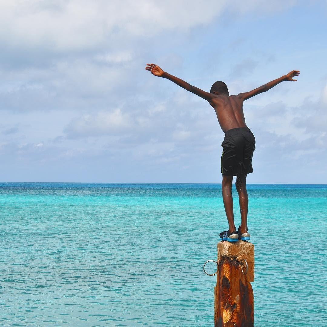 Stamattina avrei voluto svegliarmi così: #Bermuda! Ad un anno dal mio viaggio non riesco a smettere di pensare a quel mare cristallino ai tetti candidi e a un'isola dove la festa e il sorriso sono all'ordine del giorno. Chi lo ha visto mi può capire Bermuda ti entra dentro e una parte di te inevitabilmente continua a desiderare di tornare. Hai mai pensato ad un viaggio a Bermuda? Qui ti racconto il mio viaggio da sogno [link al post --> http://ift.tt/1LIQHuD] e sul blog trovi altre info su…
