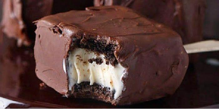 Aprenda a fazer essa receita deliciosa de Brownie no palito recheado com sorvete que fica uma delícia. Você pode servir em festas ou mesmo como sobremesa daquelas que vão agradar à todos!