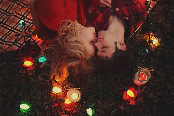 christmas engagement photos | ... in Lights | Adorable Holiday-Inspired Engagement Photos - Yahoo Shine