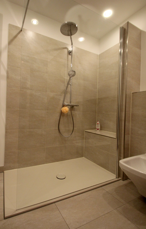 Reduziertes Design Im Bad Walk In Dusche Badezimmer Badezimmerideen