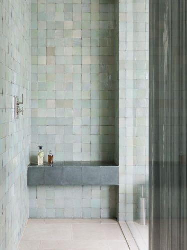 Ontspannen het jaar beginnen in deze mooie douche, je leest het op http://www.stijlhabitat.nl/inspiratiezaterdag-no-25/ Badkamer, tegel, pastel, groen, grijs