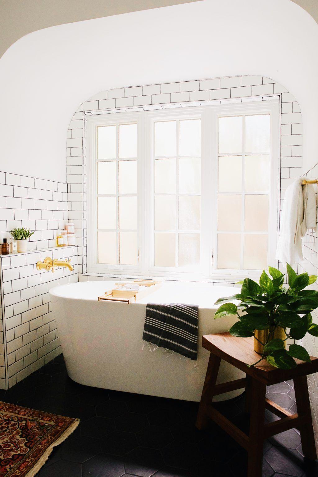 banheira de casa com janela e ladrinhos classicos | banheiro ...