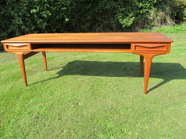 Johannes Andersen. Sofabord i teaktræ med skuffer og tidskriftshylde. Dansk design 1960-erne. Se det til salg på www.retrosiden.dk