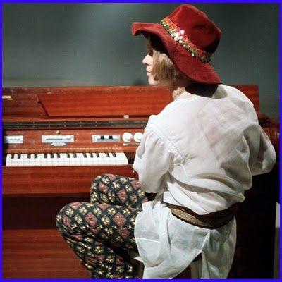 Brian de perfil, sentado ante un órgano
