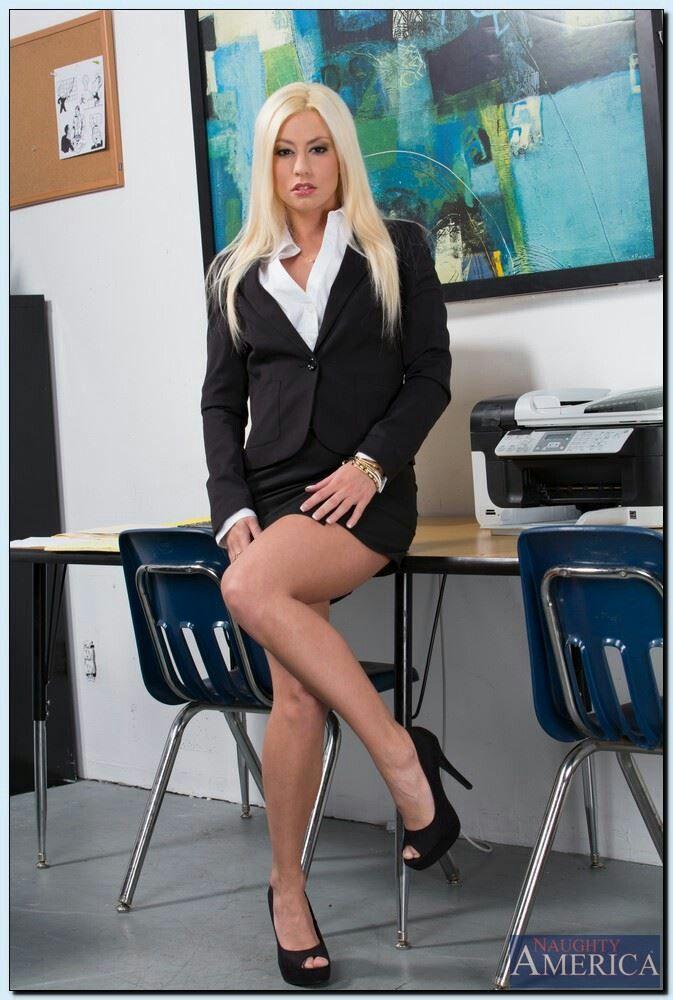 Секс с красивой проституткой и шлюха двигала попой на