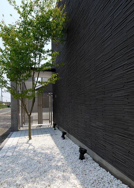 素材感の異なる三種類の外壁を色のトーンを合わせることでまとまりの