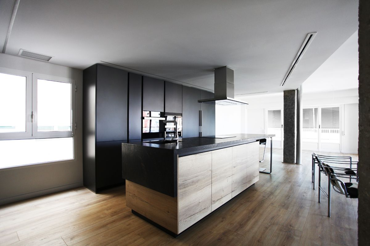 gran cocina integrada al sal n en gris antracita y madera