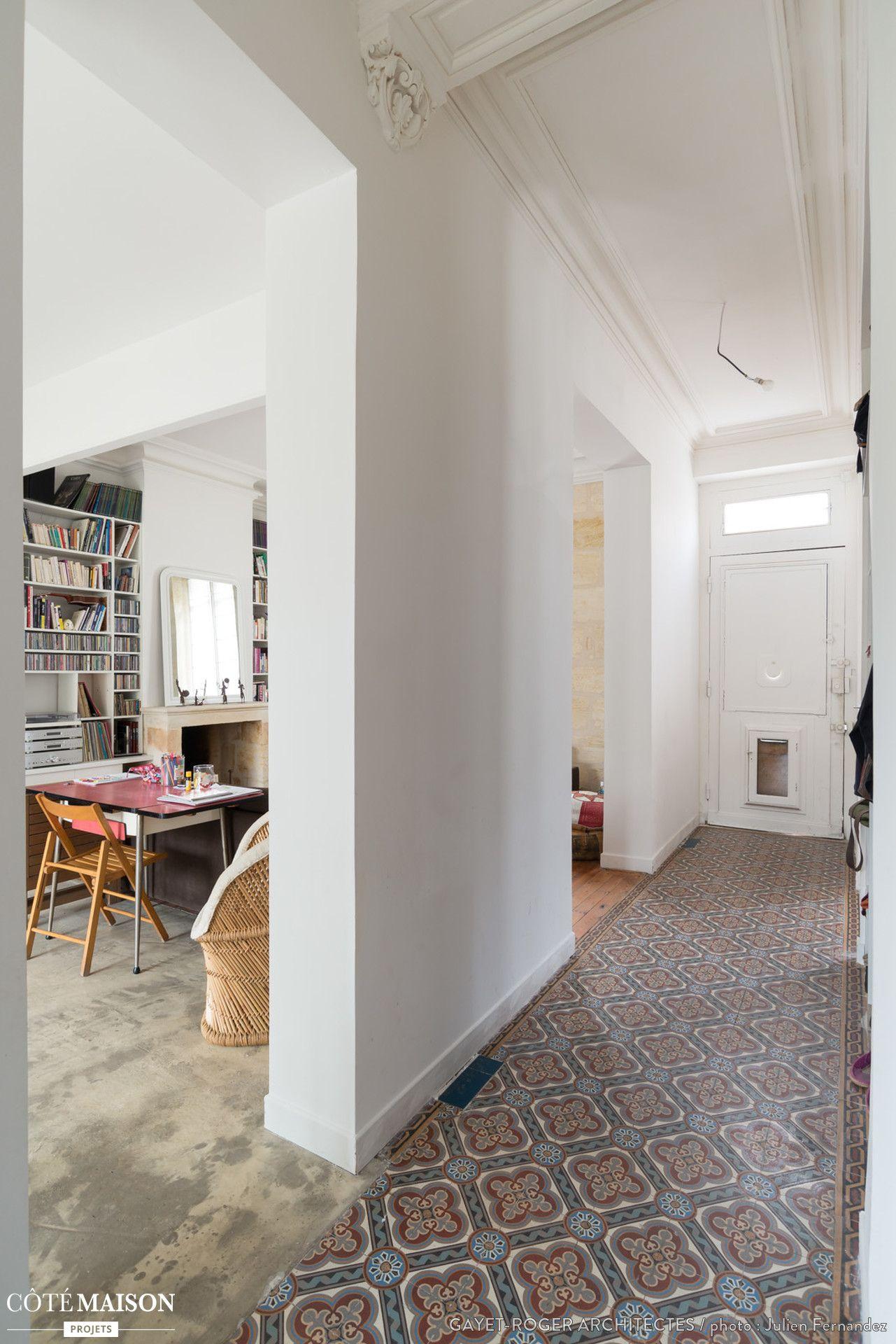 dans ce long couloir ouvert sur le s jour le sol a t recouvert de carreaux de ciment. Black Bedroom Furniture Sets. Home Design Ideas