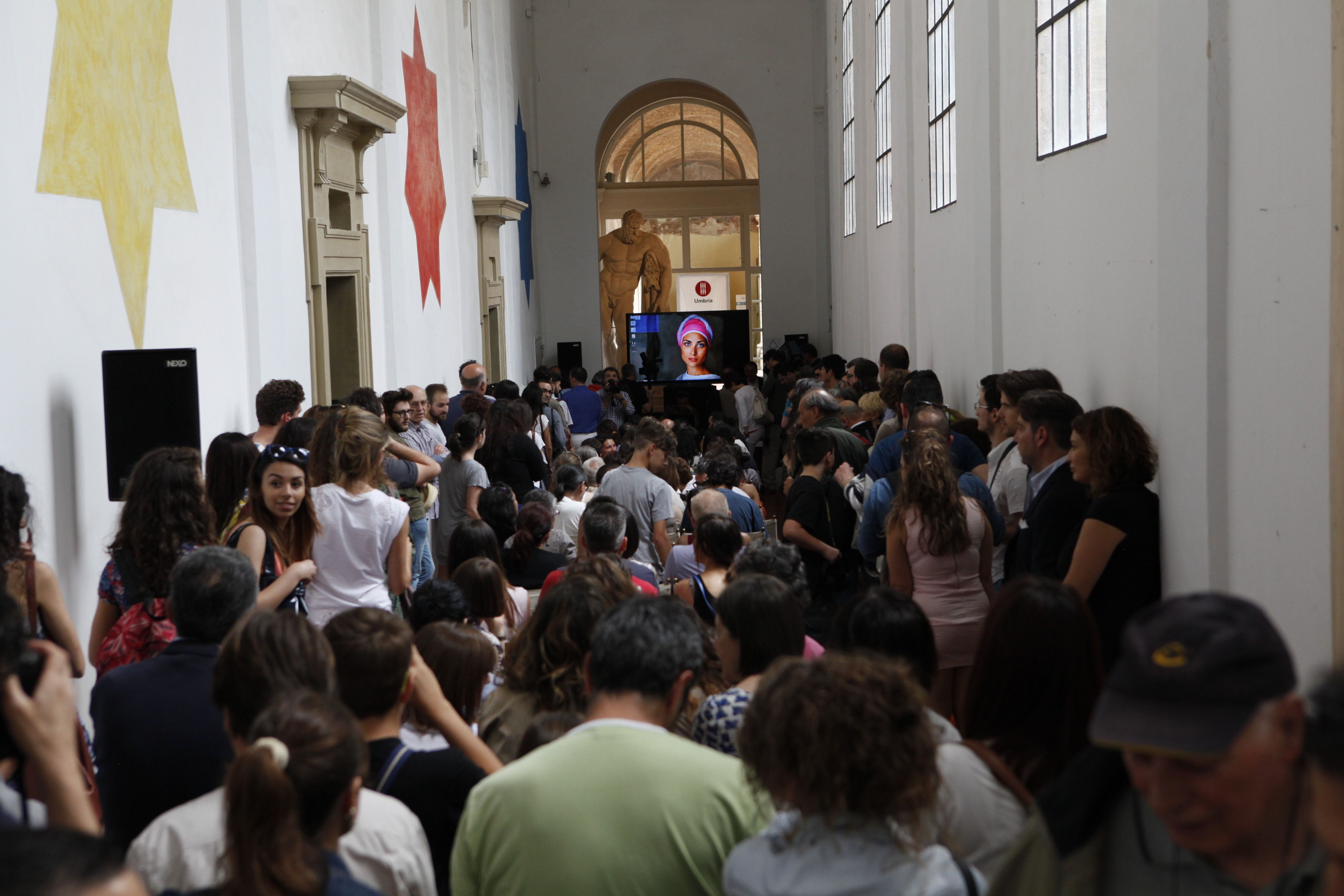 A crowded Accademia di Belle Arti in Perugia is waiting for Steve McCurry #McCurry #SensationalUmbria #SU14 #Perugia #mostra #Fotografia #Photography #exhibition #Umbria #Accademia #arti