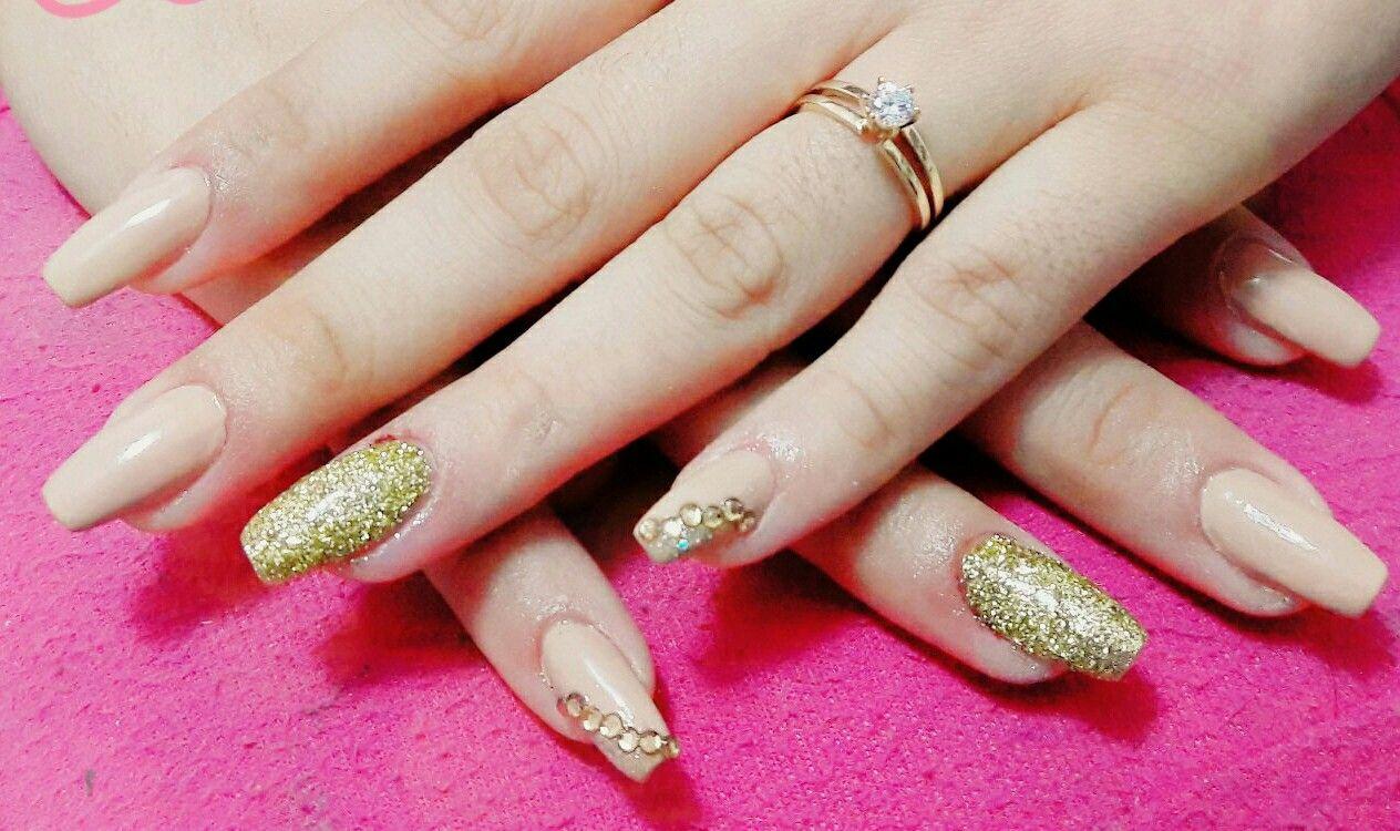 43f55421df4c Hermoso decorado de uñas para lucir anillo de compromiso..