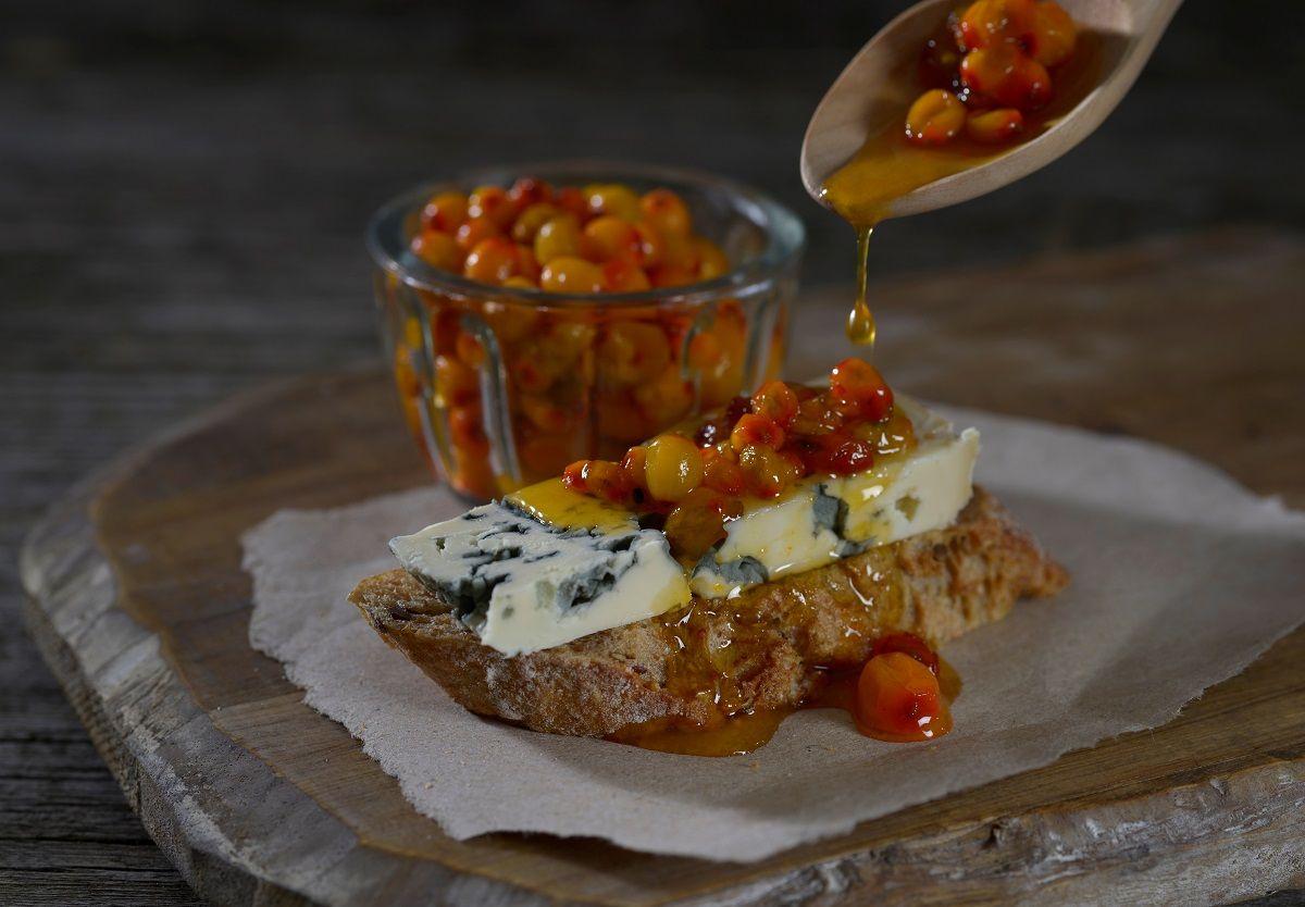 Kok opp Havtorn/Tindved i 5 minutter. Sil bærene. Kok så opp med sukker til ønsket konsistens. Nydelig til blåmuggost!