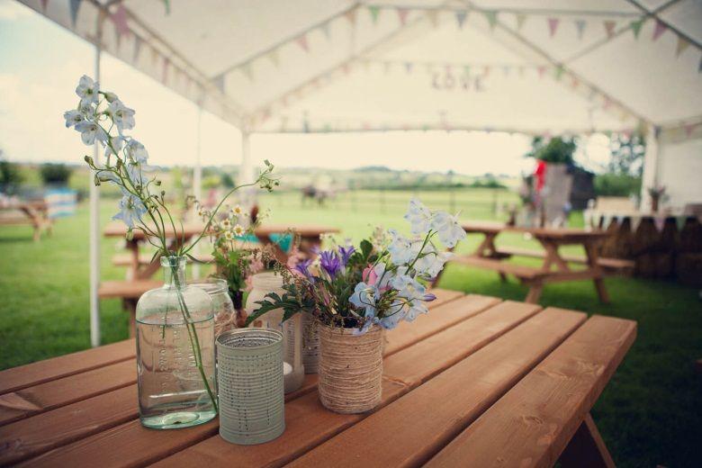 Tischdeko Mit Wildblumen Glasern Und Dosen Hochzeit Pinterest