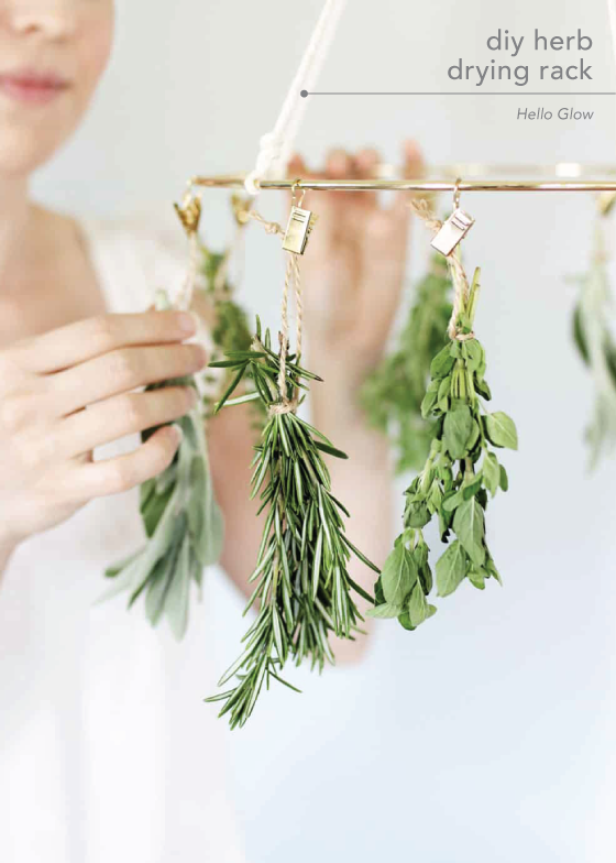 This Diy Herb Drying Rack Is The Kitchen Accessory You Didn T Know You Needed Hierbas Manualidades Creativas Jardines