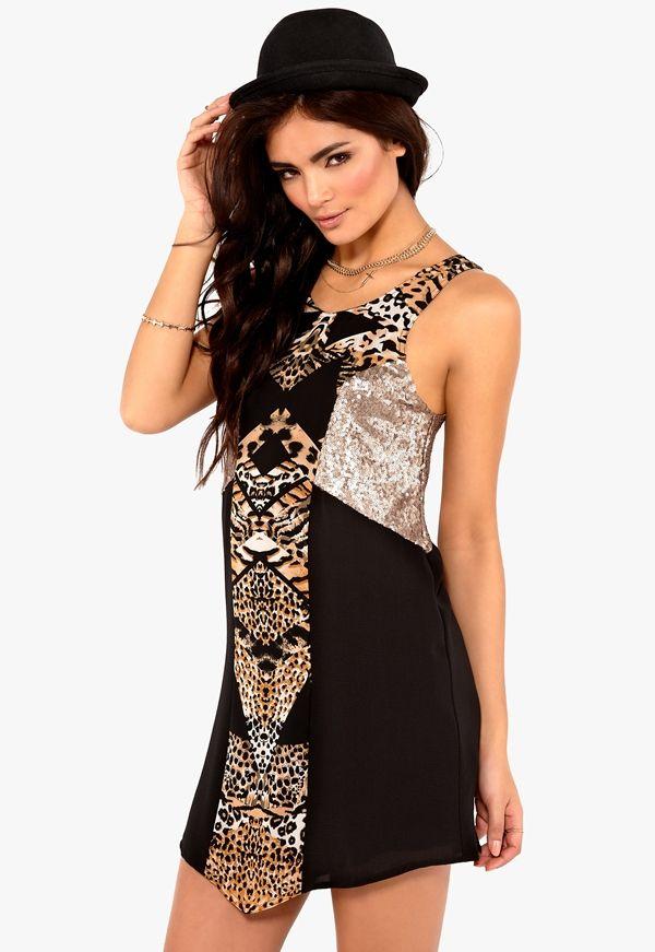 a14f24faf2ba Mönstrad klänning från MINKPINK med öppen rygg och partier täckta av  paljetter. Helfodrad. Längd