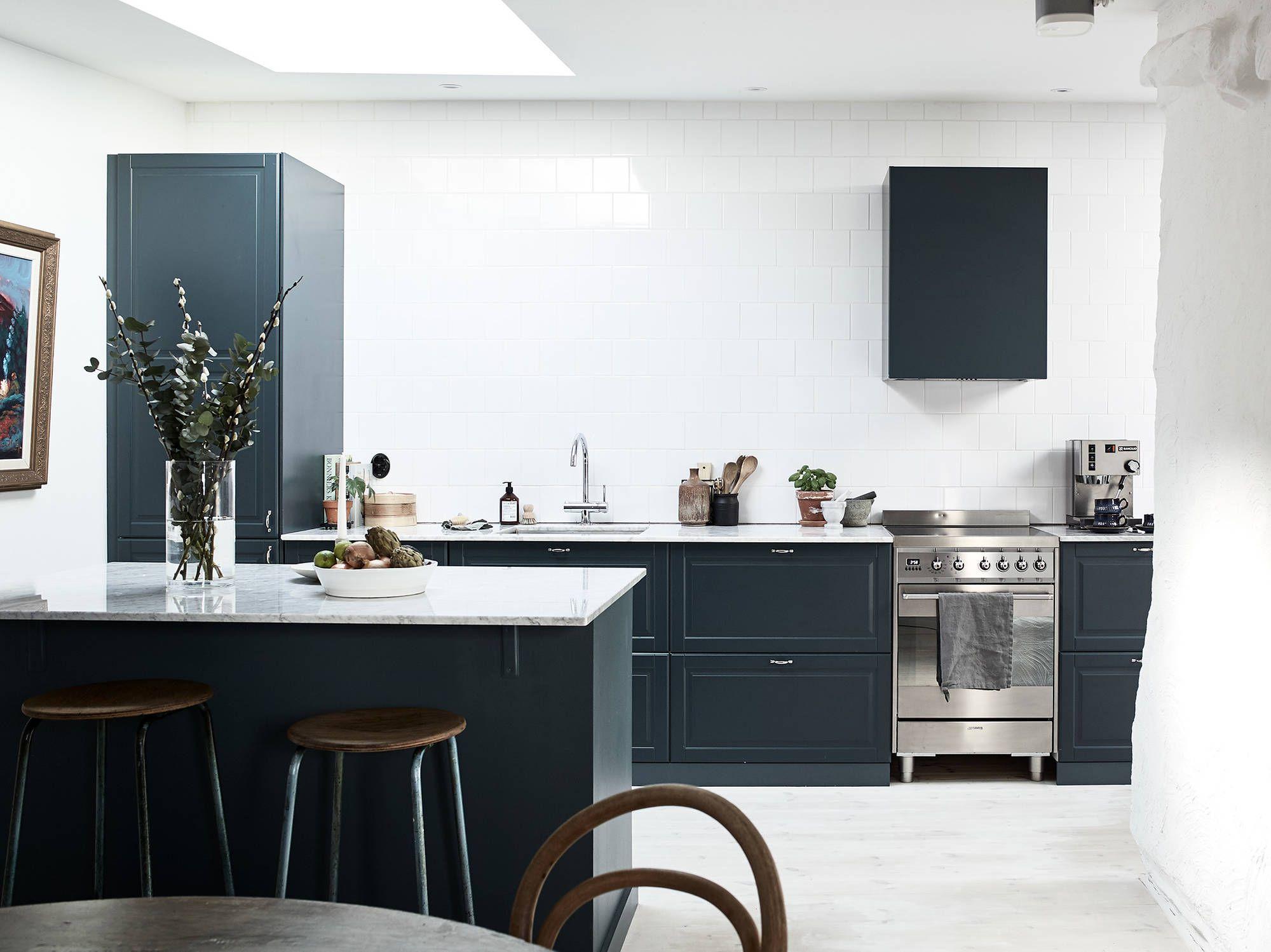 Nyrenoverad Vindslagenhet Med Social Planlosning Till Accepterat Pris Stadshem Kitchen Inspiration Design Blue Kitchen Interior Grey Marble Kitchen