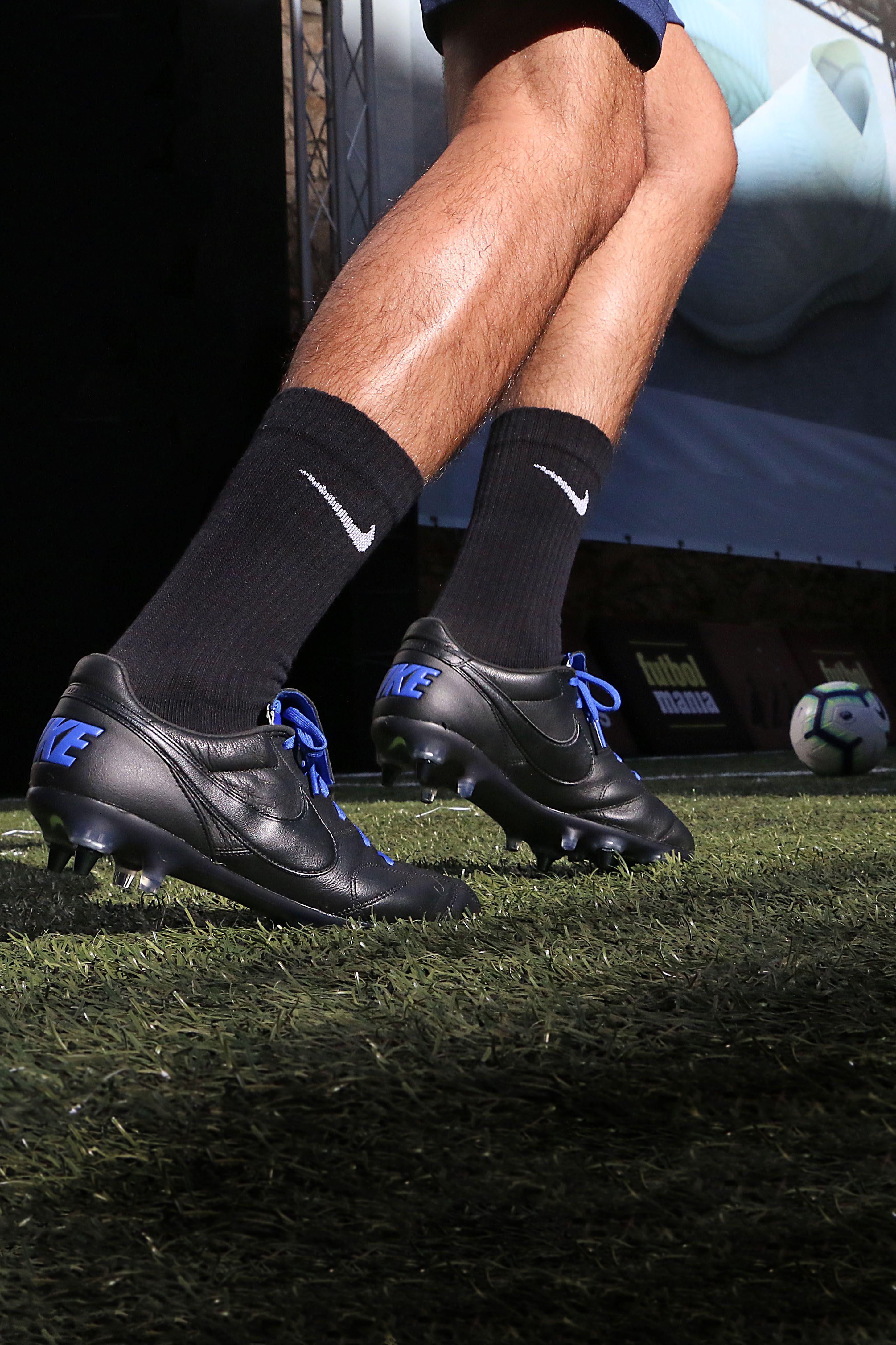 huge discount 90e36 fa647 Botas de fútbol de piel de canguro Nike SG-PRO para césped natural blando -  negras y azules