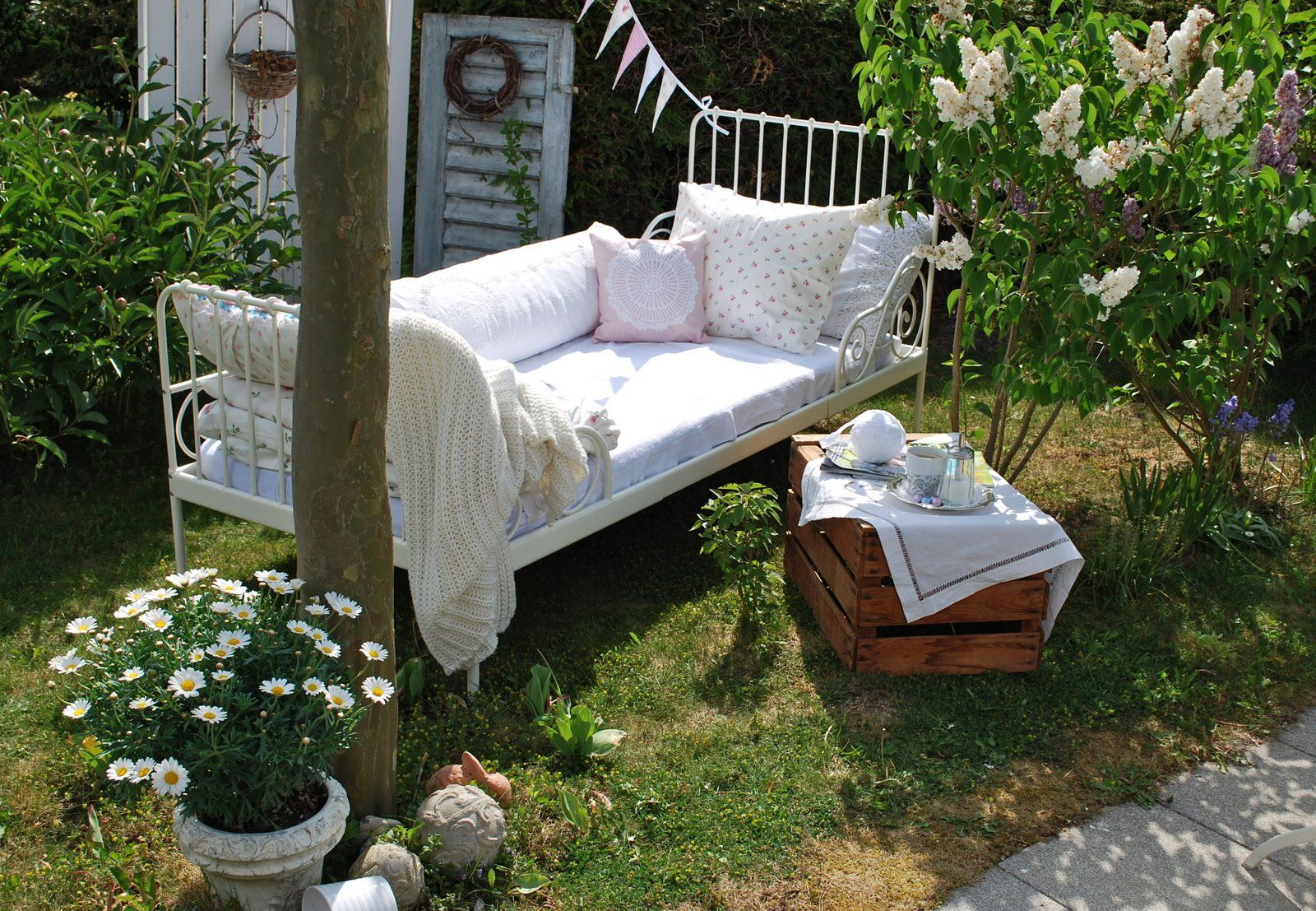 bett im garten garten pinterest gardens and garten. Black Bedroom Furniture Sets. Home Design Ideas