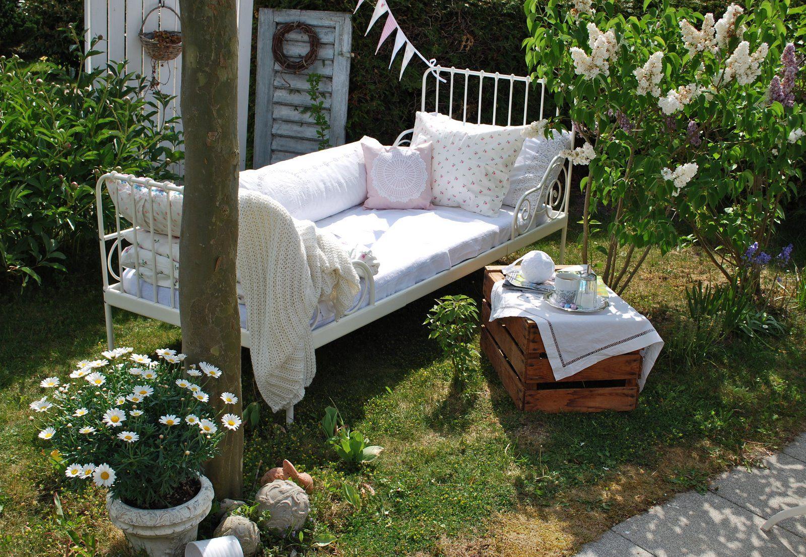 bett im garten patio pinterest gardens garden cottage and garten. Black Bedroom Furniture Sets. Home Design Ideas