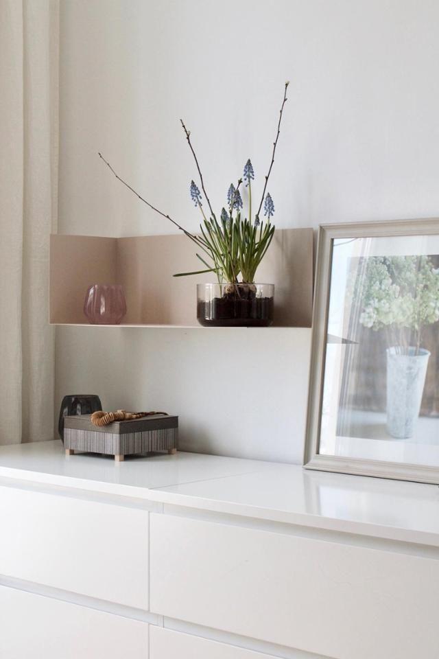 Zarte Dekoration im Schlafzimmer! Wandregal in Pastellrosa, Malm