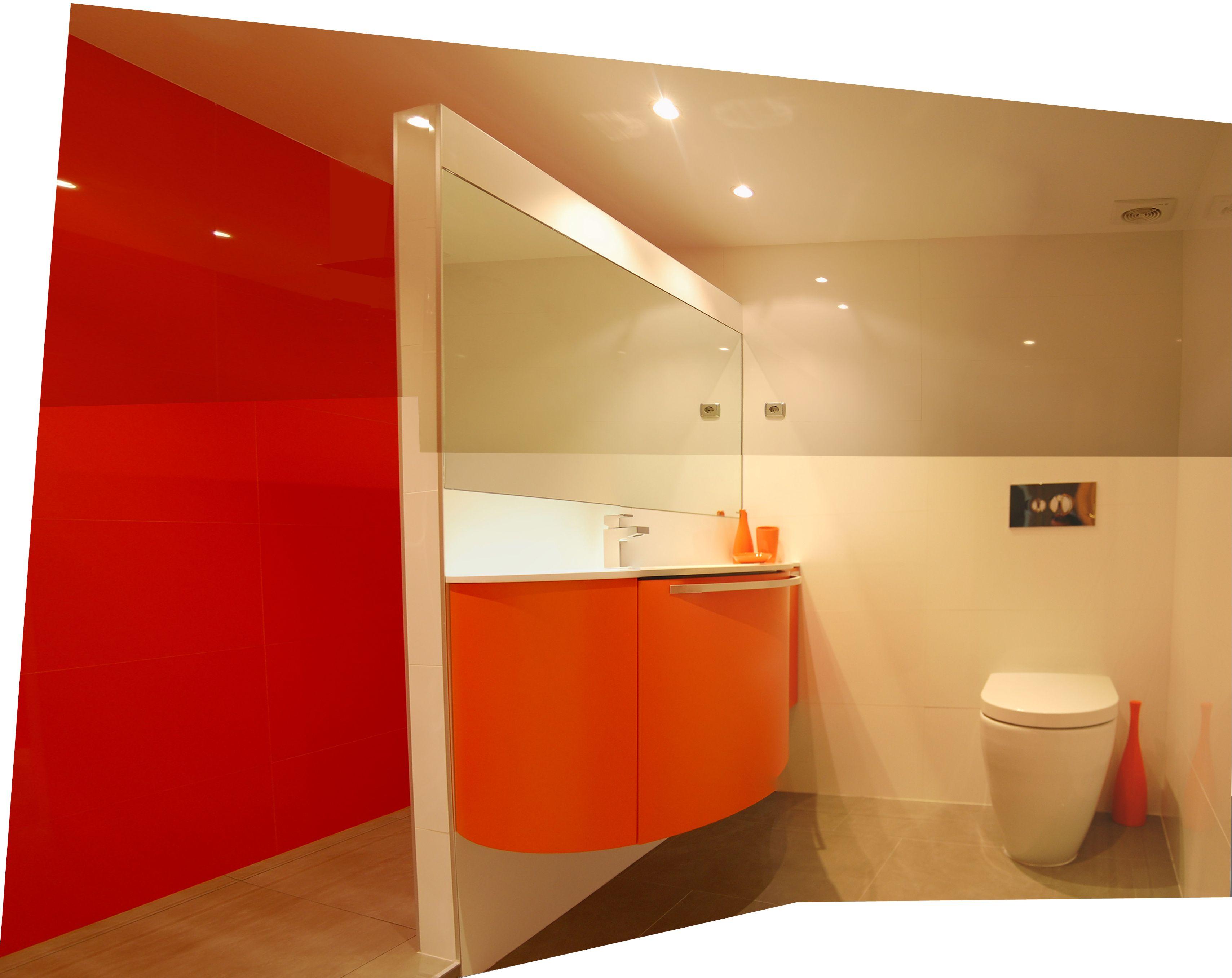 Bano Moderno En Blanco Y Naranja Con Mueble Curvo Banos Modernos