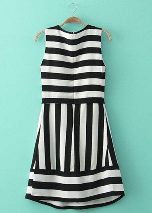 VESTIDO DE RAYAS BLANCO Y NEGRO Colores:  Negro, Blanco  Talla: 38-M, 40-L, 42-XL Precio: 19.99  www.cocoylola.es #cocoylola #moda #vestidos #tiendaonline #shop #españa