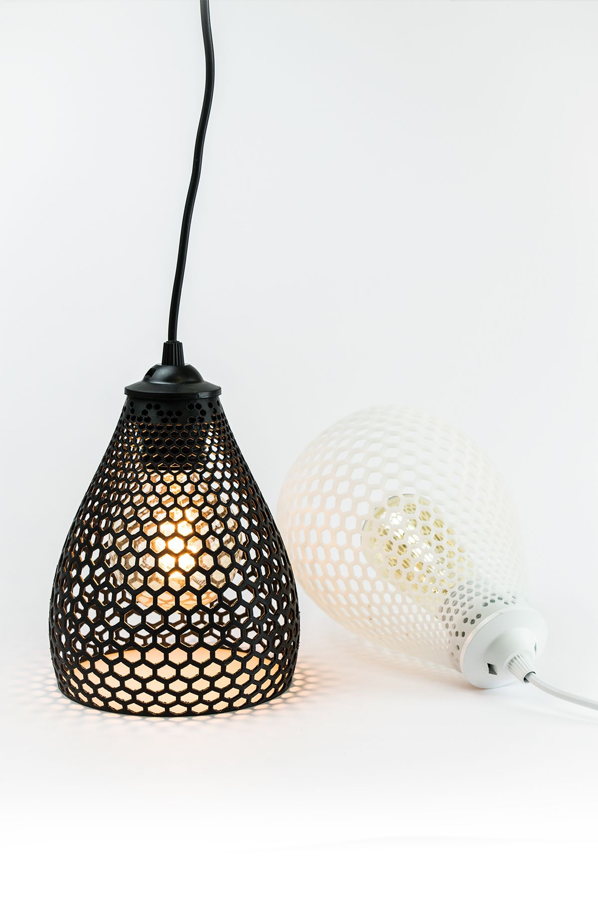 Variations Of 3d Printed Lamps Concept Emerges From Having A Simple Hexagonal Grid And A Basic Shape Of A Lamp Shade C Com Imagens Luminaria 3d Impressora 3d Impressao 3d